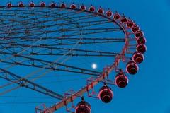 Rueda de Ferris en el cielo azul imagen de archivo