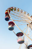 Rueda de Ferris en el cielo azul imagenes de archivo