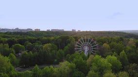 Rueda de Ferris en fondo del cielo azul Opini?n panor?mica del paisaje urbano almacen de video