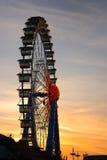 Rueda de Ferris en la puesta del sol imagenes de archivo