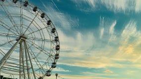 Rueda de Ferris en la puesta del sol Lapso de tiempo metrajes