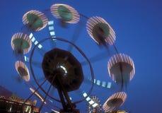 Rueda de Ferris que gira en la oscuridad Foto de archivo libre de regalías