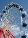 Rueda de Ferris roja, blanca, y azul Imagen de archivo libre de regalías