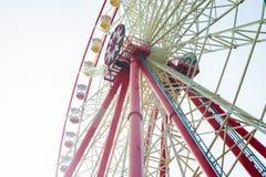 Rueda de Ferris sobre el cielo azul Fotos de archivo libres de regalías