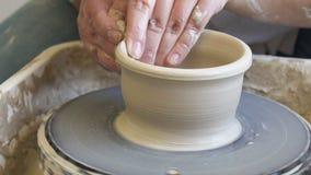 Rueda de la arcilla del trabajo de la afición de la cerámica de los cursos de la artesanía almacen de video