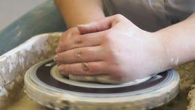 Rueda de la arcilla del trabajo de la afición de la cerámica de los cursos de la artesanía almacen de metraje de vídeo