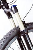 Rueda de la bici de montaña y fork del choque fotografía de archivo libre de regalías