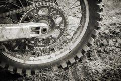 Rueda de la bici del deporte en el camino sucio del motocrós Fotografía de archivo