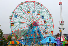 Rueda de la maravilla en el parque de atracciones de Coney Island Imagen de archivo libre de regalías