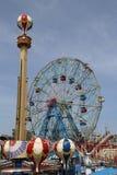 Rueda de la maravilla en el parque de atracciones de Coney Island Fotos de archivo