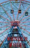 Rueda de la maravilla en el parque de atracciones de Coney Island Foto de archivo
