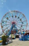 Rueda de la maravilla en el parque de atracciones de Coney Island Imagen de archivo