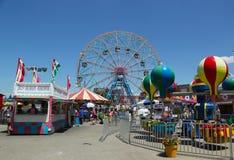 Rueda de la maravilla en el parque de atracciones de Coney Island Imagenes de archivo