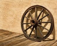Rueda de la rueda de carro contra una pared del estuco en Arizona Imagen de archivo
