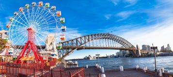 Rueda de Luna Park con el arco del puente del puerto en Sydney, Australia foto de archivo libre de regalías