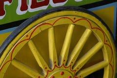 Rueda de madera amarilla imagen de archivo
