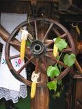 Rueda de madera antigua del carro adornada Foto de archivo