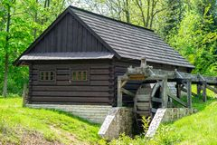 Rueda de madera de un molino de agua antiguo imágenes de archivo libres de regalías