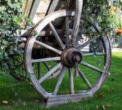Rueda de madera vieja del carro del caballo fotos de archivo