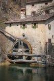 Rueda de molino antigua con la lente inclinable del cambio Foto de archivo libre de regalías