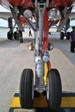 Rueda de nariz de aviones Foto de archivo libre de regalías