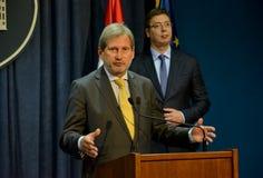 Rueda de prensa común del servio P.M. Vucic y comisión europea Hahn Imagen de archivo libre de regalías