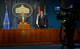 Rueda de prensa común del servio P.M. Vucic y comisión europea Hahn Fotografía de archivo libre de regalías