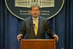 Rueda de prensa común del servio P.M. Vucic y comisión europea Hahn Imagenes de archivo