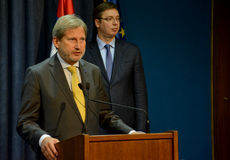 Rueda de prensa común del servio P.M. Vucic y comisión europea Hahn Imagen de archivo