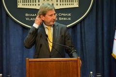 Rueda de prensa común del servio P.M. Vucic y comisión europea Hahn Fotografía de archivo