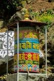 Rueda de rezo budista del Nepali con símbolos de letra imagenes de archivo