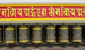 Rueda de rezo budista del Nepali con símbolos de letra foto de archivo