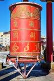Rueda de rezo dentro de la pagoda en el domicilio de oro complejo budista de Buda Shakyamuni en primavera Elista Rusia foto de archivo