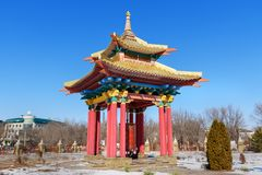 Rueda de rezo dentro de la pagoda en el domicilio de oro complejo budista de Buda Shakyamuni en primavera Elista Rusia imagenes de archivo