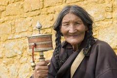 Rueda de rezo mayor de la explotación agrícola de la mujer Foto de archivo libre de regalías