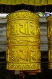 Rueda de rezo de oro budista del Nepali con símbolos de letra fotos de archivo libres de regalías