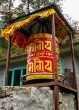 Rueda de rezo roja budista del Nepali con símbolos de letra foto de archivo libre de regalías