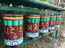 Rueda de rezo tibetana, paseo del kora, McLeodgange, Dharamsala, la India fotografía de archivo