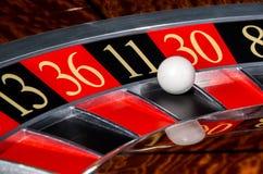 Rueda de ruleta clásica del casino con el sector negro once 11 Imagen de archivo