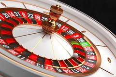 Rueda de ruleta de lujo del casino en fondo negro Tema del casino Ruleta blanca del casino del primer con una bola en 21 póker imágenes de archivo libres de regalías