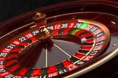 Rueda de ruleta de lujo del casino en fondo negro Tema del casino Ruleta de madera del casino del primer con una bola Juego de pó fotos de archivo