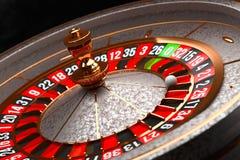 Rueda de ruleta de lujo del casino en fondo negro Tema del casino Vieja ruleta del casino del primer con una bola en 21 póker imagen de archivo libre de regalías