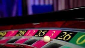 Rueda de ruleta que hace girar en el casino almacen de video