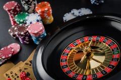 Rueda de ruleta que juega en una tabla del casino imagen de archivo