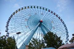 Rueda de Tejas Ferris contra el cielo azul Fotos de archivo libres de regalías