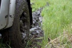 Rueda de un SUV en el fango Fotografía de archivo libre de regalías