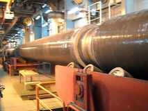 Rueda debajo de la tubería en la línea konveyrnoy para apilar Preparación y montaje del gaseoducto subacuático para sostener el w almacen de metraje de vídeo