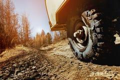 Rueda del coche SUV en el fondo campo a través Imagenes de archivo