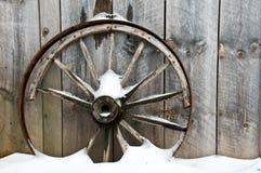 Rueda del fondo y pared oxidadas viejas de la tarjeta Imagen de archivo libre de regalías