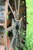 Rueda del hierro de un tractor viejo Imagenes de archivo